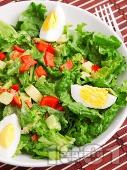 Зелена салата с авокадо, яйца и чушки - снимка на рецептата